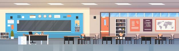 Sala de turma escolar interior da sala de aula vazia com placa e ilustração horizontal das mesas Vetor Premium