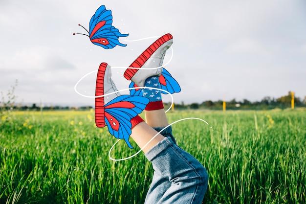 Sapatos de desporto bonito com borboletas de mão desenhada Vetor grátis