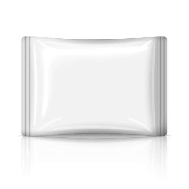 Saquinho de plástico liso branco em branco isolado no fundo branco com reflexão. com espaço para o seu design e branding. Vetor Premium