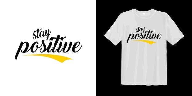 Se mantenha positivo. design tipográfico de t-shirt Vetor Premium
