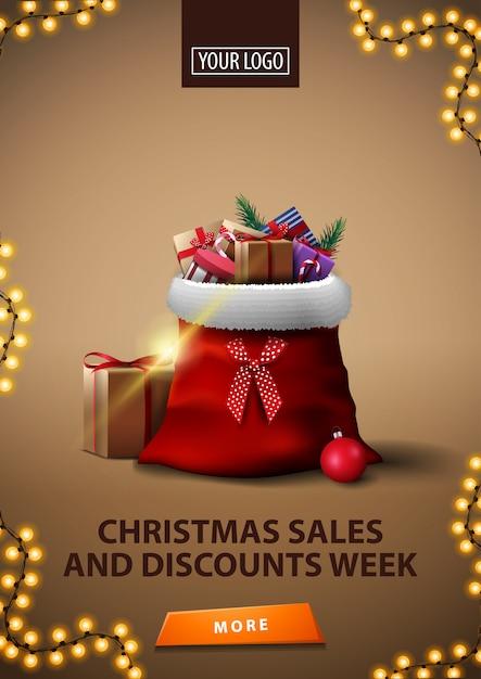 Semana de vendas e descontos de natal, banner de desconto marrom vertical com saco de papai noel com presentes Vetor Premium