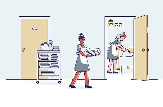 Serviço de quarto do hotel limpeza do quarto: empregadas trazendo toalhas novas e fazendo a cama. Vetor Premium