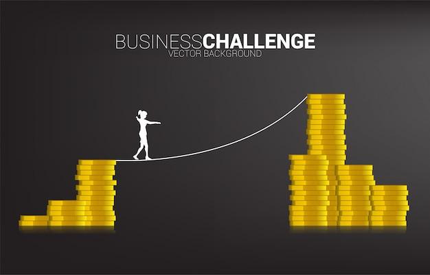 Silhueta da mulher de negócios que anda na maneira da caminhada da corda à pilha dourada da moeda. conceito para o risco comercial e a carreira Vetor Premium