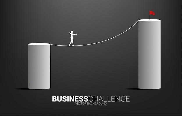 Silhueta de empresária andando na corda andar caminho para o gráfico de barras mais alto. conceito de risco de negócios e carreira Vetor Premium