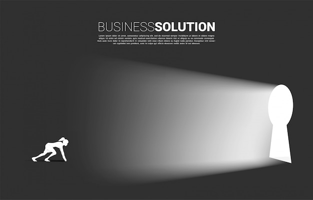 Silhueta de empresária pronta para correr para a porta do buraco da fechadura. Vetor Premium