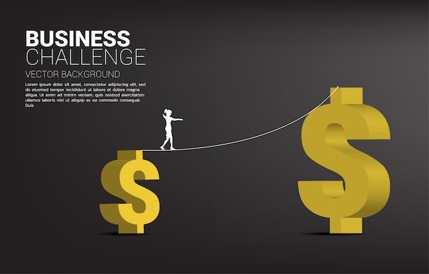 Silhueta de mulher de negócios andando na corda andar caminho para maior símbolo de dólar dinheiro. conceito de risco e desafio de negócios. Vetor Premium