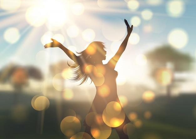 Silhueta de mulher jovem contra a paisagem defocussed iluminada pelo sol Vetor grátis