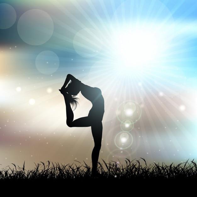 Silhueta de uma mulher em um pose da ioga em uma paisagem ensolarada Vetor grátis