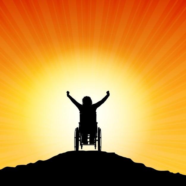Silhueta de uma mulher em uma cadeira de rodas com os braços levantados no sucesso Vetor grátis