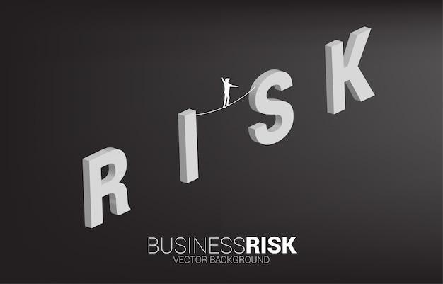 Silhueta do empresário andando na corda andar maneira na formulação de risco. Vetor Premium