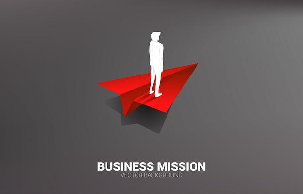 Silhueta do homem de negócios que está no avião de papel do origâmi vermelho. conceito de negócio de liderança, iniciar negócios e empresário Vetor Premium