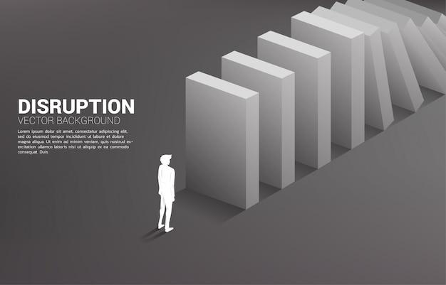 Silhueta do homem de negócios que está no fim do colapso do dominó. conceito de indústria de negócios atrapalhar Vetor Premium