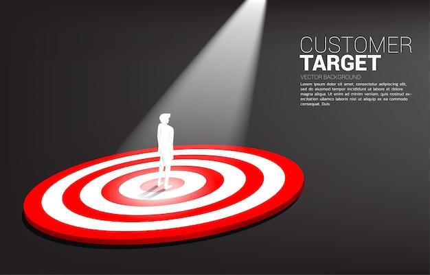 Silueta, de, homem negócios fica, ligado, centro, de, dartboard, com, ponto, luz Vetor Premium