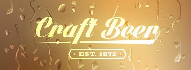 Sinal de cerveja artesanal em fundo desfocado com gotas de água. Vetor Premium
