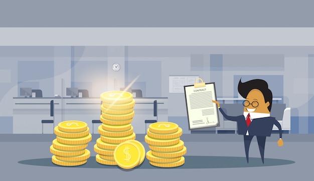 Sinal de homem de negócios asiáticos bem sucedido acordo contrato permanente sobre pilhas de moedas de dólar Vetor Premium