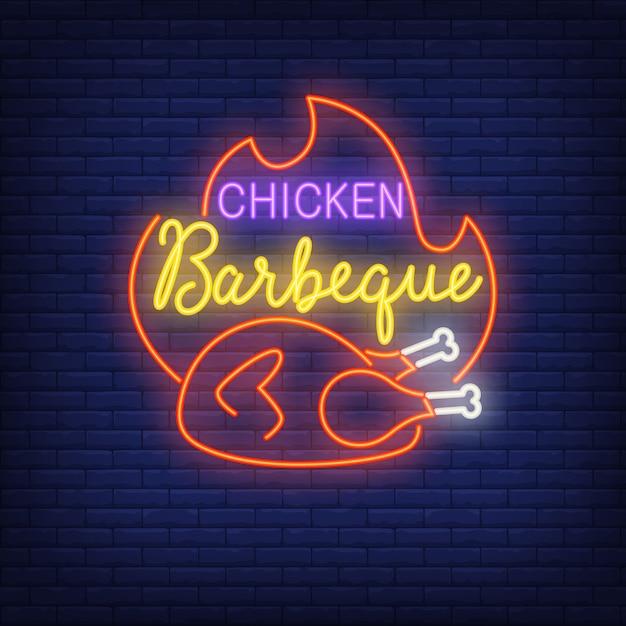 Sinal de néon de churrasco de frango. frango frito quente com chama. anúncio brilhante da noite. Vetor Premium