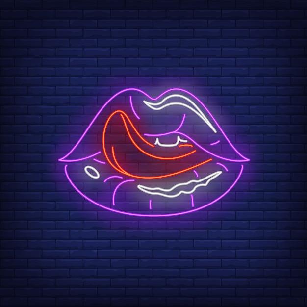 Sinal de néon de lábios lambendo Vetor grátis