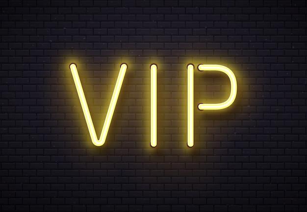 Sinal de néon vip. clube de membros premium elegante, banner de luxo com lâmpadas de tubo de neons fluorescentes dourados na ilustração em vetor parede de tijolo Vetor Premium