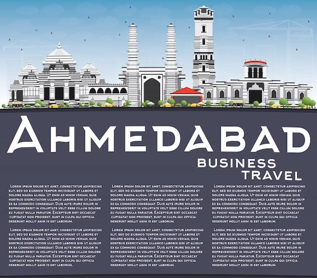 Skyline de ahmedabad com edifícios de cinza, azul céu e espaço de cópia. Vetor Premium