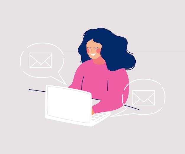 Sorrindo, mulher senta-se computador, escrita, mensagens, e, ícones, envelopes, flutuante, em, fala, bolhas Vetor Premium
