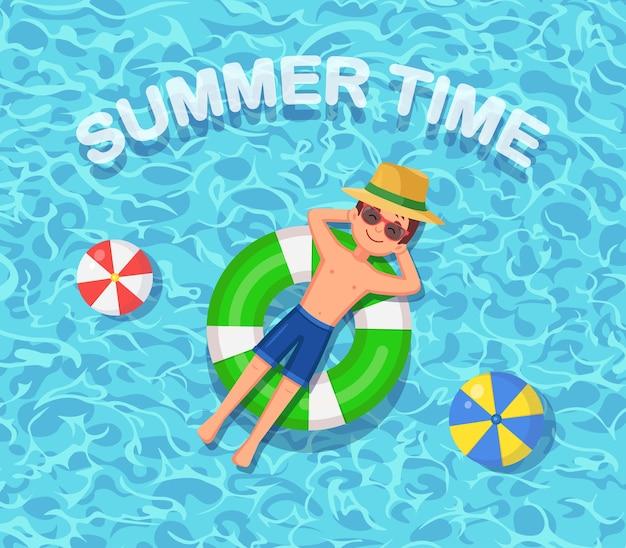 Sorriso homem nada, bronzeamento em colchão de ar, bóia salva-vidas na piscina. menino flutuando no brinquedo de praia, anel de borracha. círculo incapaz na água. férias de verão, férias, tempo de viagem. Vetor Premium