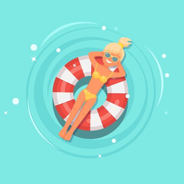 Sorriso menina nada, bronzeamento no colchão de ar, bóia salva-vidas na piscina. Vetor Premium
