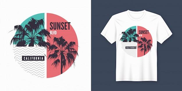 T-shirt e vestuário sunset blvd california na moda com silhuetas de palmeiras Vetor Premium