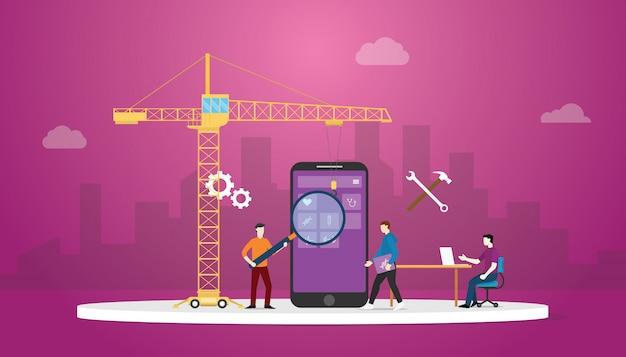 Tecnologia de desenvolvimento de aplicativos móveis com desenvolvedor de equipe e guindaste com fundo da cidade e moderno estilo simples. Vetor Premium