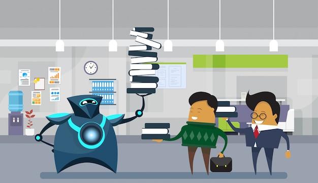 Trabalhadores de escritório do robô humano, robótica moderna segurando uma pilha grande de livros sobre homens de negócios Vetor Premium