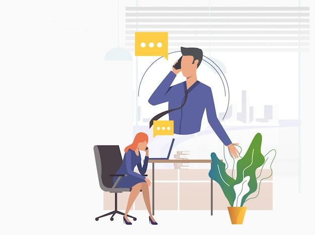 Trabalhadores de escritório, falando em telefones celulares Vetor grátis
