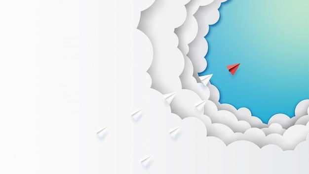 Trabalho em equipe de aviões de papel voando nas nuvens e céu azul Vetor Premium