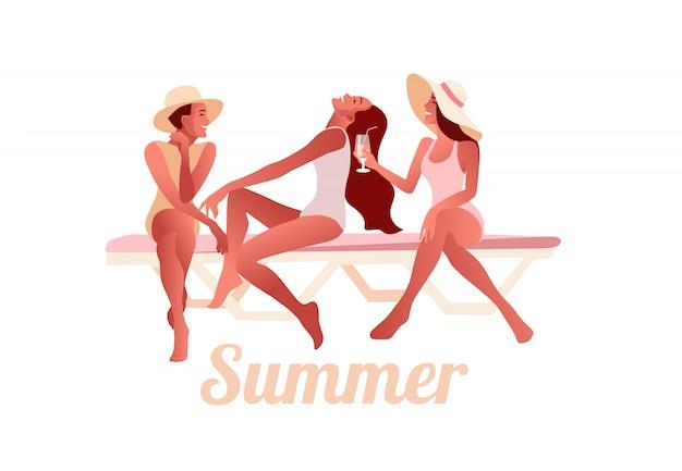 Três meninas sexy em chapéus de verão conversando na praia e beber cocktails Vetor Premium
