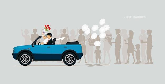 Um casal recém-casado está em um carro com um balão branco. Vetor Premium