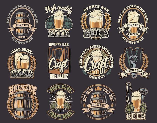 Um grande conjunto de ilustrações coloridas sobre o tema cerveja. todos os elementos de ilustrações e texto estão em grupos separados. Vetor Premium