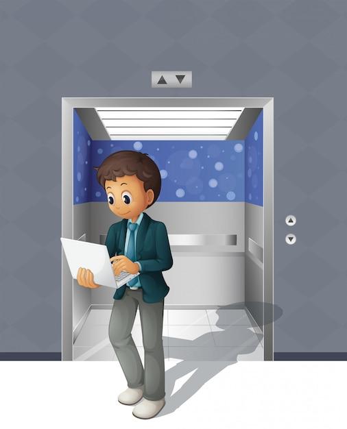 Um homem com um laptop saindo do elevador Vetor Premium