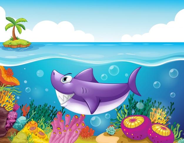 Um tubarão sorridente sob o mar com corais Vetor Premium
