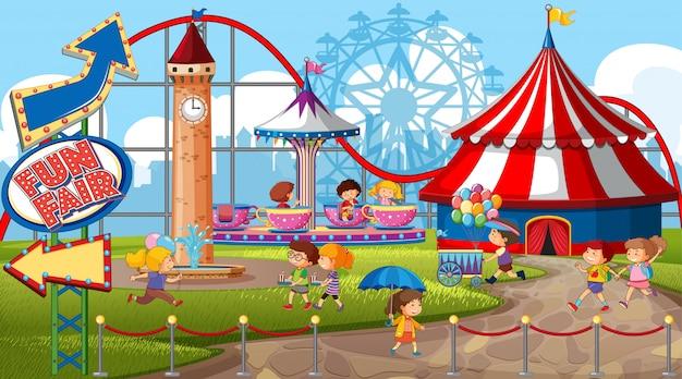 Uma cena de parque de diversões ao ar livre com muitas crianças Vetor grátis