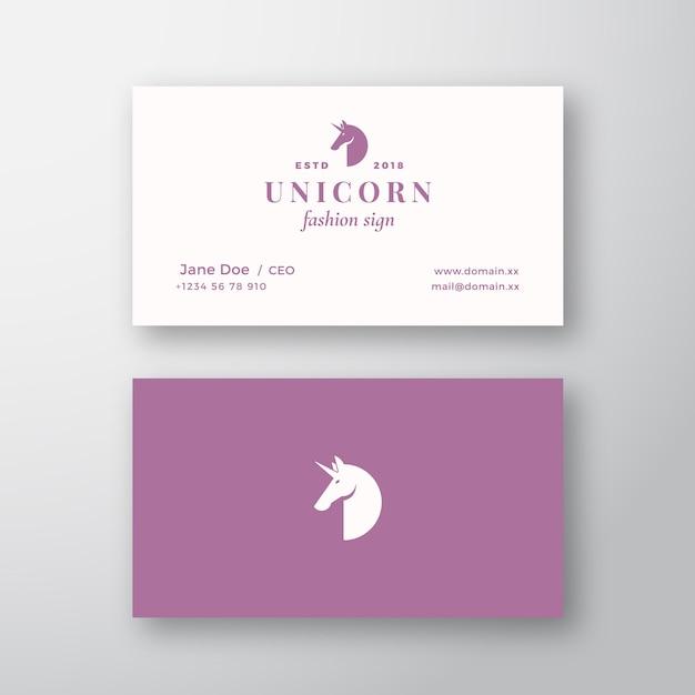 Unicórnio abstrato feminino sinal ou logotipo e modelo de cartão de visita. mock up realista estacionário premium. tipografia moderna e sombras suaves. Vetor Premium
