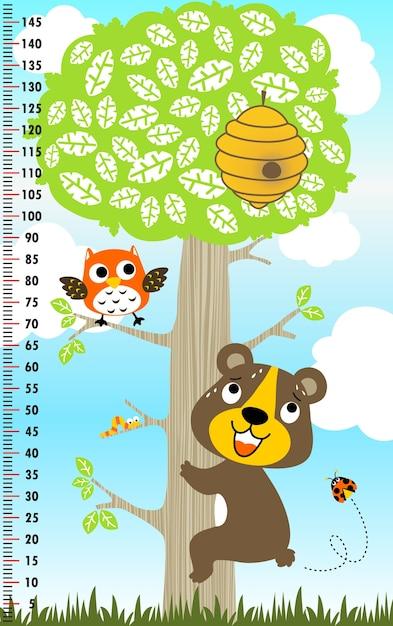 Urso engraçado escalar uma árvore, parede do medidor Vetor Premium