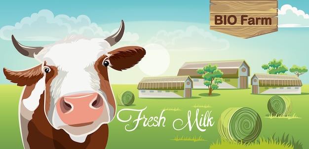 Vaca com manchas marrons e uma fazenda no fundo. bio leite fresco. Vetor grátis