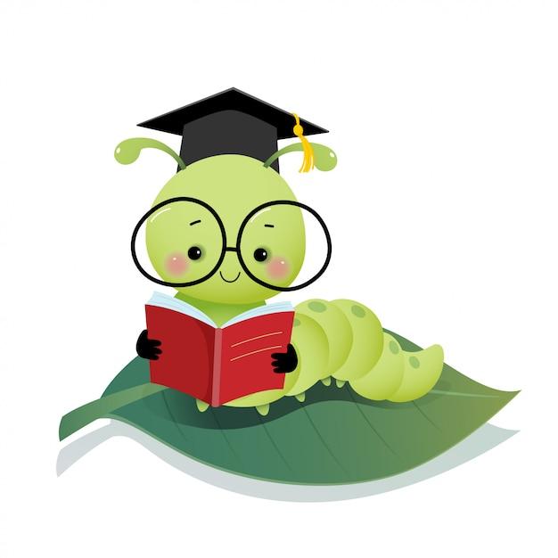 Vector a ilustração lagarta bonito dos desenhos animados, usando chapéu de capelo de graduação e óculos, lendo um livro na folha. Vetor Premium