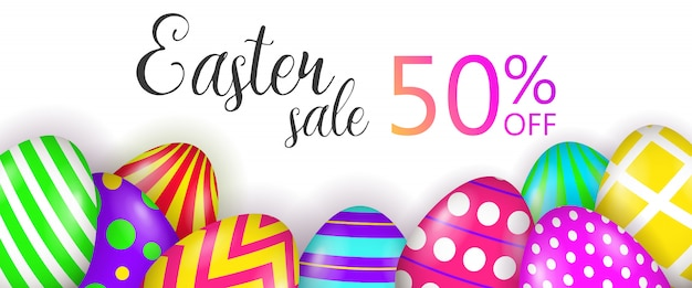 Venda de páscoa, 50% de desconto em letras e ovos pintados Vetor grátis