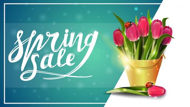 Venda de primavera, modelo de banner de desconto com buquê de tulipas em um balde amarelo Vetor Premium
