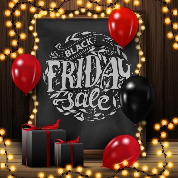 Venda de sexta-feira preta, banner quadrado com lousa com letras bonitas, guirlanda, balões e presentes. Vetor Premium