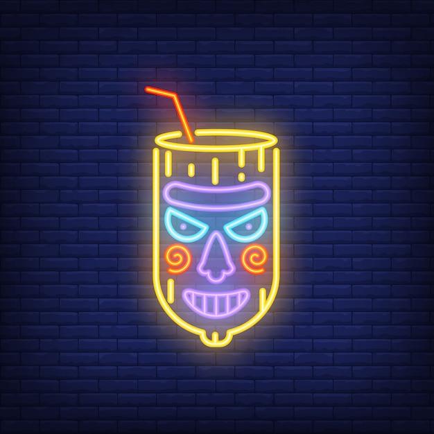 Vidro com palha e máscara de tiki. elemento de sinal de néon. anúncio brilhante da noite Vetor grátis