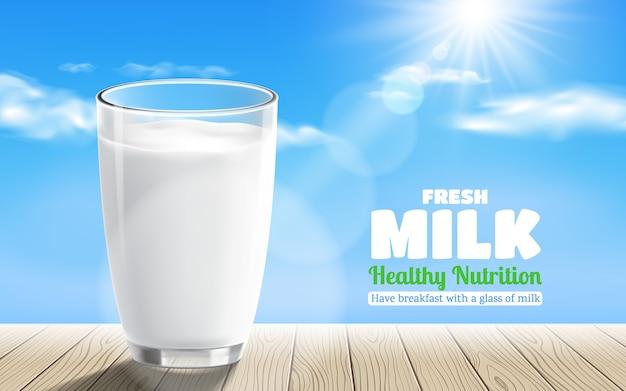 Vidro transparente realista de leite com mesa de madeira no fundo do céu azul Vetor Premium