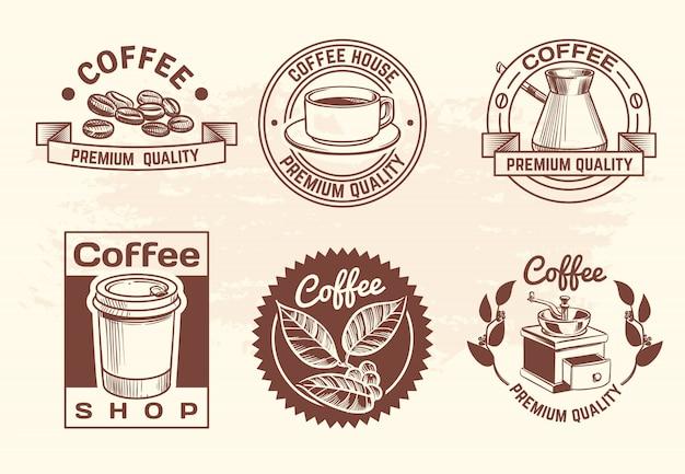 Vintage mão desenhada bebidas quentes café logotipo conjunto com caneca e feijão Vetor Premium