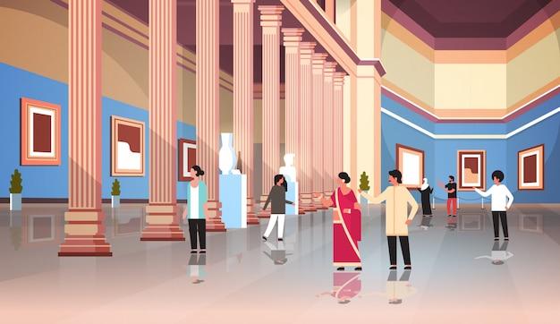 Visitantes de turistas no salão histórico clássico da galeria de arte do museu com interior de colunas, olhando a coleção de exposições e esculturas antiga horizontal Vetor Premium