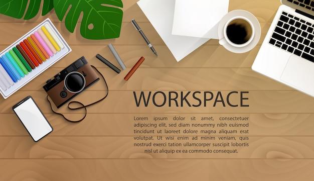 Vista superior do espaço de trabalho do artista com ferramentas de pintura na mesa de madeira Vetor Premium