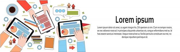 Vista superior do local de trabalho, empresários mãos usando diagramas e documentos, digital tablets e modelo de banner horizontal laptop Vetor Premium
